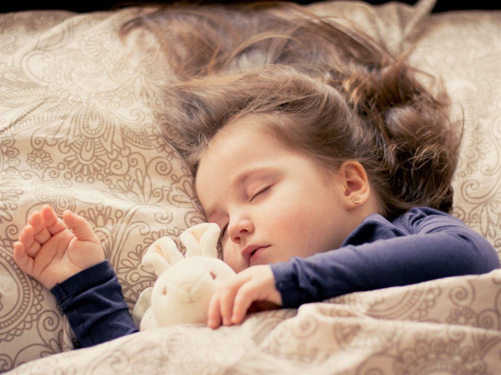 Játékával alvó gyermek